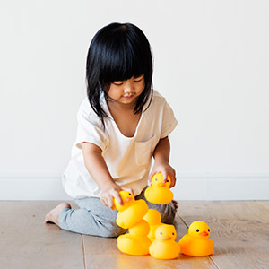 Niña con patitos